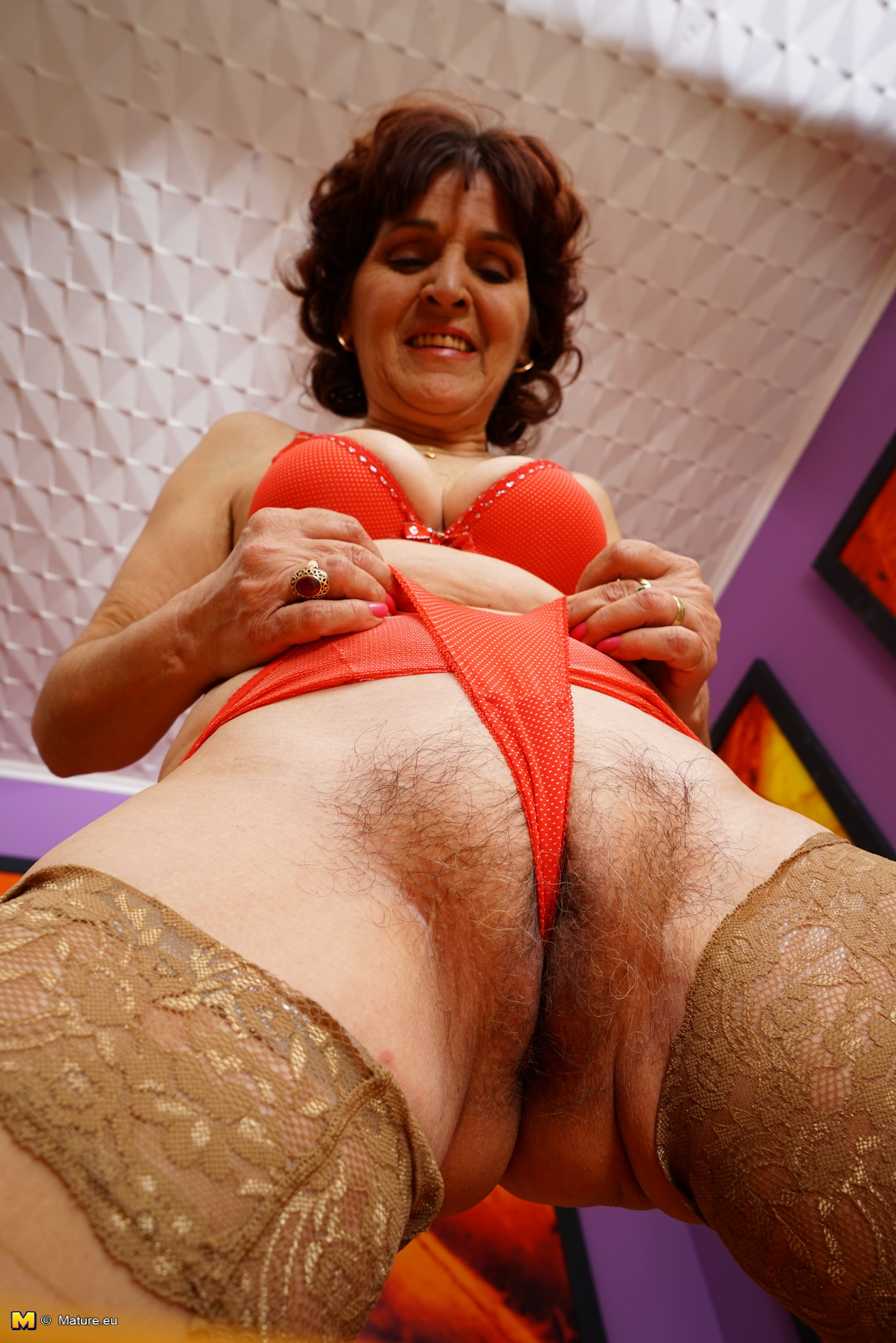 hairy mature lady playing with herself