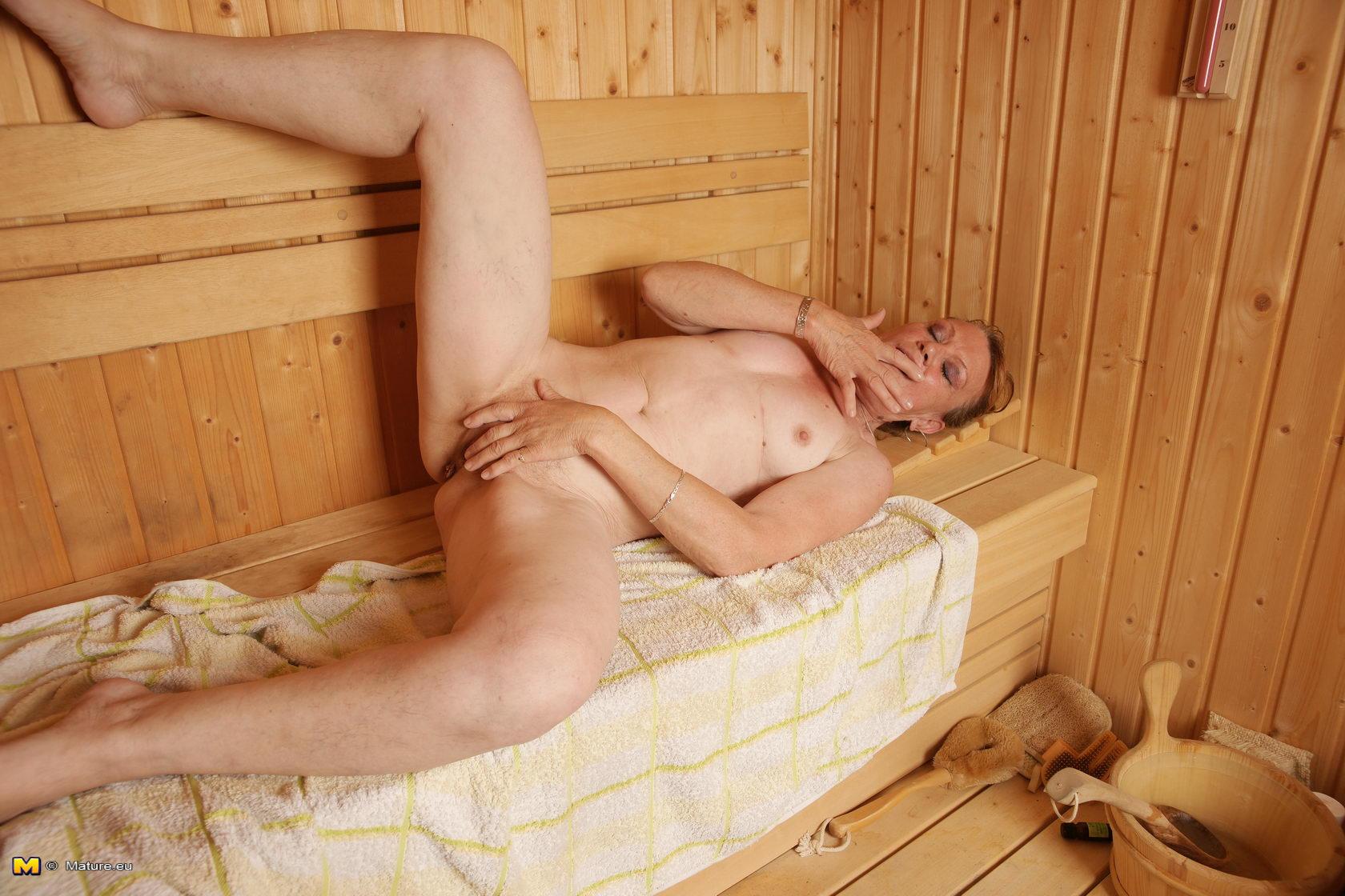 watch horny single playing bathtub