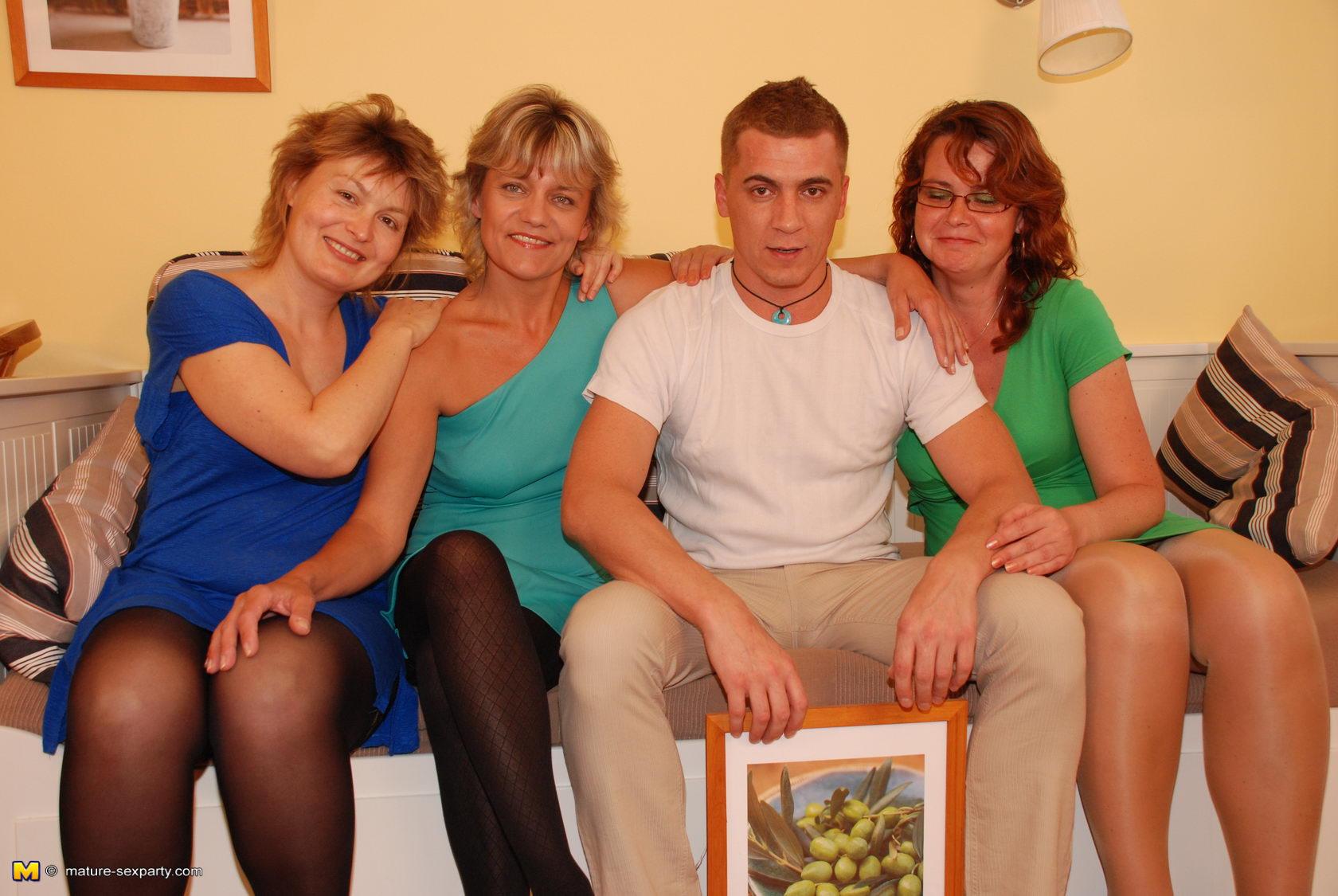 Секс мама с подругой и сын 21 фотография
