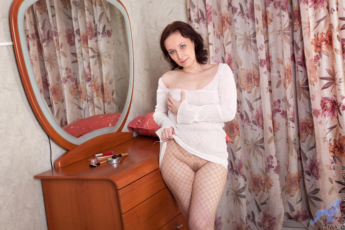 busty mature takes off her fishnet pantyhose and plays with dildo
